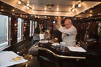 Europe/République Tchèque/Prague:A bord de l'Orient-Express Train de Luxe qui assure la liaison Calais,Paris , Prague,Venise - Barman préparant un cocktail dans la voiture bar [Non destiné à un usage publicitaire - Not intended for an advertising use]