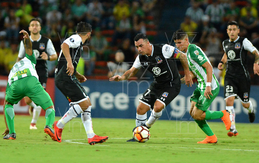 MEDELLIN - COLOMBIA, 24-05-2018: Jorman Campuzano (Der.) jugador de Atlético Nacional, disputa el balón con Nicolás Maturana (Izq.) y Esteban Paredes (Cent.) jugadores de Colo Colo, durante partido de la de la fase de grupos, grupo B, fecha 6, entre Atlético Nacional (COL) y Colo Colo (CHI), por la Copa Conmebol Libertadores 2018, en el Estadio Atanasio Girardot, de la ciudad de Medellín. / Jorman Campuzano (R) player of Atletico Nacional, vies for the ball with Nicolas Maturana (L) y Esteban Paredes (C) players of of Colo Colo, during a match for the group stage, group B of the 6th date, between Atletico Nacional (COL) and Colo Colo (CHI), for the Conmebol Libertadores Cup 2018, at the Atanasio Girardot, Stadium, in Medellin city. Photo: VizzorImage / Leon Monsalve / Cont.