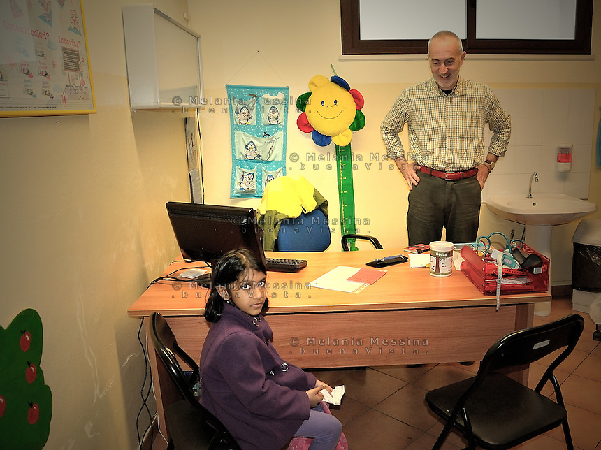 Palermo,volunteer physician of Emergency visits a young patient .<br /> Palermo, pediatra volontario collaboratore di Emergency durante la visita ad una paziente.