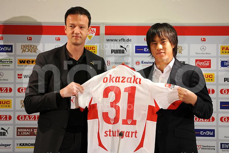 Fussball 1. Bundesliga:  Saison   2010/2011    20. Spieltag VfB Stuttgart - SC Freiburg   30.01.2011 Neuzugang Shinji Okazaki wird beim VfB Stuttgart von Sportdirektor Fredi Bobic vorgestellt