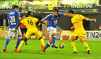 BARRANCABERMEJA- COLOMBIA- 18 -02-2016: Victor Castillo (Izq.) y Juan Rios (Der.) jugadores de Alianza Petrolera disputan el balón con Andres Cadavid (Cent.) jugador de Millonarios, durante partido entre Alianza Petrolera y Millonarios, por la fecha 4 de la Liga Aguila I-2016 jugado en el estadio Daniel Villa Zapata de la ciudad de Barrancabermeja. / Victor Castillo (L) and Juan Rios (R.) players of Alianza Petrolera vie for the ball with Jonathan Agudelo (L) player of Millonarios, during a match between Alianza Petrolera and Millonarios, for the date 4 of the Liga Aguila I-2016 at the Daniel Villa Zapata Stadium in Barrancabermeja city, Photo: VizzorImage  / Jose D. Martinez / Cont.