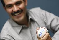 Guillermo Padres Elias, former governor of Sonora, holds a ball of baseball from the San Diego Padres. (Photo: Luis Gutierrez/ NortePhoto.com)<br /> Guillermo Padres Elias, ex gobernador de Sonora, sostiene una pelota de beisbol de los Padres de San Diego.