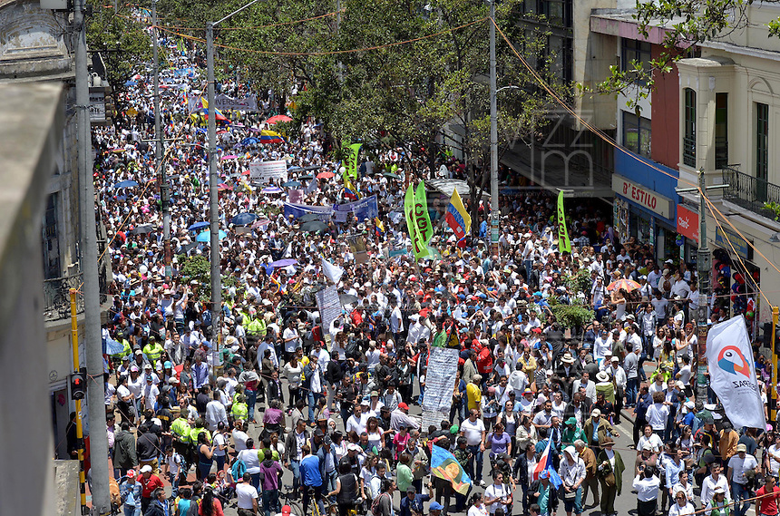 "BOGOTÁ - COLOMBIA, 08-03-2015: Miles de Colombianos se congregaron para participar en ""La Marcha por La Vida"" convocada por el profesor Antanas Mockus. Juan Manuel Santos, Presidente de Colombia, hizo parte del evento por las calles del centro de Bogotá./ Thousands of people gathered to participate in the ""March for Life"" organized by Antanas Mockus teaacher. Juan Manuel Santos president of Colombia made a part of the event by the streets of Bogota. Photo: VizzorImage /  Juan pablo Bello - SIG / HANDOUT PICTURE; MANDATORY EDITORIAL USE ONLY/ NO MARKETING, NO SALES"