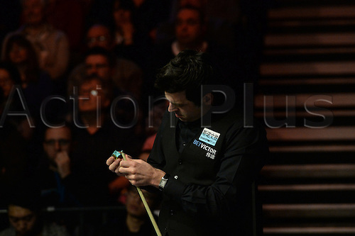 19.02.2016. Cardiff Arena, Cardiff, Wales. Bet Victor Welsh Open Snooker. Mark Selby versus Ronnie O'Sullivan. Ronnie chalks his cue.