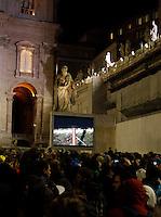 ROMA 13/03/2013 .PIAZZA SAN PIETRO FEDELI ATTENDONO LA PRIMA FUMATA CHE SARA NERA. FOTO CIRO DE LUCA