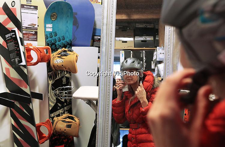 Foto VidiPhoto<br /> <br /> CULEMBORG - Hoewel het nog enkele weken duurt voordat het wintersportseizoen van start gaat, is het donderdag al druk bij wintersportcentrum Klein Oostenrijk in Culemborg. Klanten uit het hele land komen hun ski's laten slijpen en waxen, maar er is vooral veel vraag naar nieuw materiaal. Een belangrijk signaal dat de recessie voorbij is, constateren de eigenaren Ries van Dijk Marieke Schledorn. Volgens hen gaan er dit jaar ook meer mensen op wintersportvakantie dan voorgaande jaren, maar wordt wel gewacht tot het laatste moment met boeken. Sterk in opmars is de skihelm en rugprotectie bij zowel ski&euml;rs als boarders.