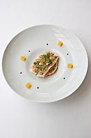 Europe/France/Bretagne/29/Finistère/Sainte-Anne-la-Palud: Saint-Pierre laqué au caramel de tomates, lin blond et cébèttes, quinoa au jus d'orange et jus à la citronelle, Recette de  Michaël Renard de l' Hôtel de la Plage