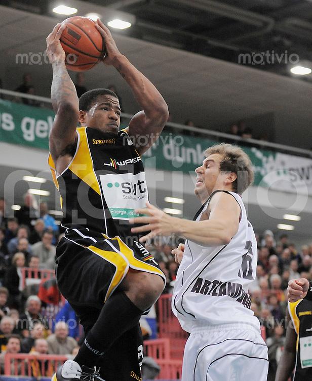 Basketball  1. Bundesliga  2008/2009  31.01.2008 Walter Tigers Tuebingen  -  Artland Dragons A.J. Moye (li,WT) gegen  Adam Hess (Artland)