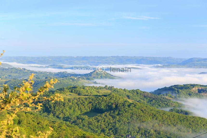 France, Aveyron (12), Lassouts, brumes sur la vallée du Lot le matin au dessus de Saint-Côme-d'Olt // France, Aveyron, Lassouts, mists on the Lot valley in the morning over Saint Come d'Olt