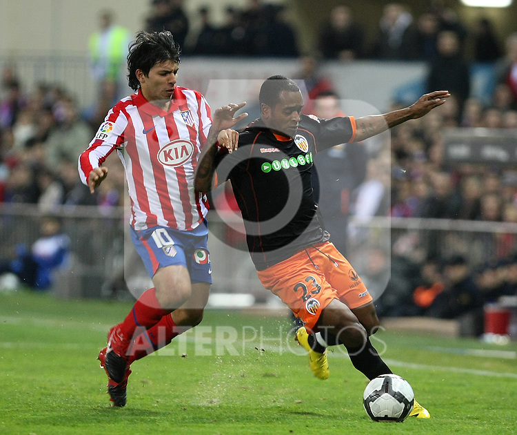 Valencia's Miguel Brito (r) and Atletico de Madrid's Kun Aguero during La Liga match.(ALTERPHOTOS/Acero)