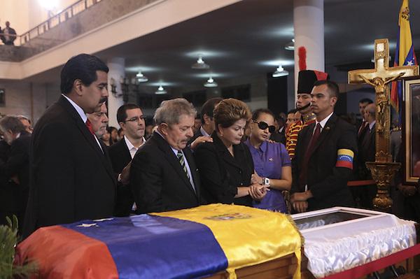 CAR4105. CARACAS (VENEZUELA), 07/03/2013.- Fotografía cedida por la presidencia de Venezuela muestra al vicepresidente del país, Nicolás Maduro (i), a la gobernante de Brasil, Dilma Rousseff (d), y al expresidente de ese país, Luiz Inácio Lula Da Silva (c), asistiendo hoy, jueves 7 de marzo de 2013, a las honras fúnebres del presidente de Venezuela, Hugo Chávez, en la Academia Militar de Caracas (Venezuela). Delegaciones de más de 50 países son esperadas en Caracas para el funeral de Estado de Chávez. EFE/PRESIDENCIA DE VENEZUELA/SOLO USO EDITORIAL NO VENTAS