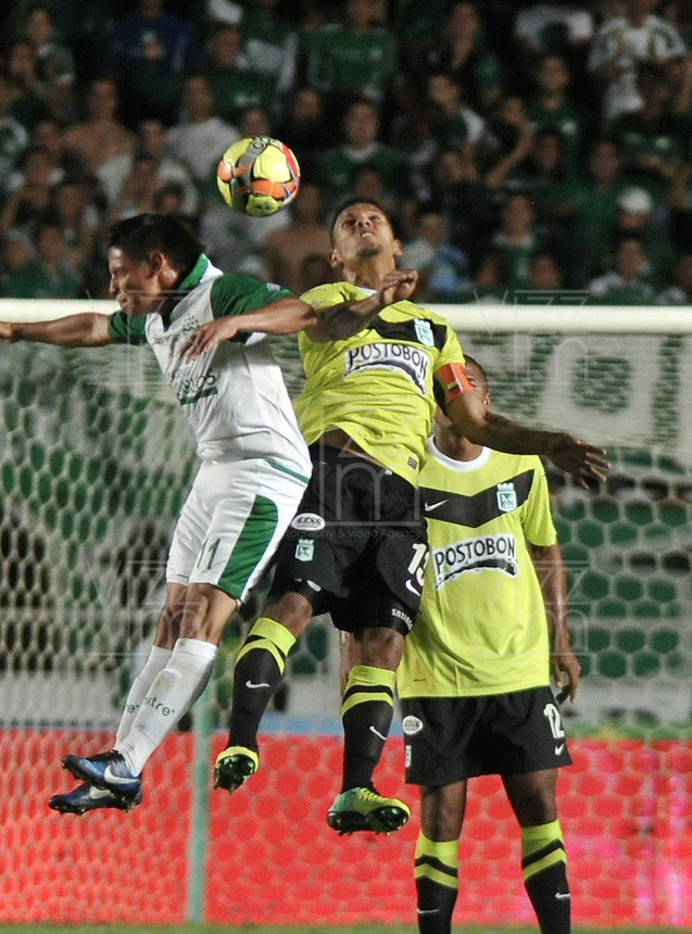 CALI- COLOMBIA -11 -12-2013: Sergio Romero (Izq.), jugador de Deportivo Cali disputa el balón con Alexander Mejia (Der.) jugador del Atletico Nacional en durante del partido de ida por la final de la Liga Postobon II-2013, jugado en el estadio Pascual Guerrero de la ciudad de Cali. / Sergio Romero (L), player of Deportivo Cali vies for the balla with Alexander Mejia (R) player of Atletico Nacional during a match for finals of the Postobon Leaguje II-2013 at the Pascual Guerrero Stadium in Cali city, Photo: VizzorImage  / Luis Ramirez / Staff.