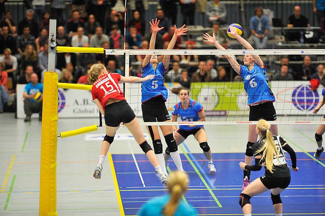 WIESBADEN, DEUTSCHLAND - MAERZ 12: 20. Spieltag in der Deutschen Volleyball Bundesliga (DVL) der Damen. Begegnung zwischen dem VC Wiesbaden (hellblau) und den Roten Raben Vilsbiburg (rot) am 12. Maerz 2014 in der Sporthalle Am 2. Ring in Wiesbaden, Deutschland. Endstand 2-3. (Photo by Dirk Markgraf / www.265-images.com) *** Local caption *** Jennifer Geerties (#15) von den Roten Raben Vilsbiburg, Martina Viestova (#5) des VC Wiesbaden, Rebecca Schaeperklaus (#6) des VC Wiesbaden