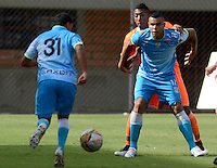 ENVIGADO -COLOMBIA-05-09-2015. Cristian Arrieta (Izq) jugador de Envigado FC disputa el balón con Yobani J. Ricardo (Der) jugador de Jaguares FC durante partido por la fecha 10 de la Liga Águila II 2015 realizado en el Polideportivo Sur de la ciudad de Envigado./ Cristian Arrieta (L) player of Envigado FC fights for the ball with Yobani J. Ricardo (R) player of Jaguares FC during match for the 10th date of the Aguila League II 2015 at Polideportivo Sur in Envigado city.  Photo: VizzorImage/León Monsalve/STR