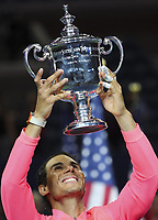 Themen der Woche - SPORT Bilder des Tages - SPORT (170911) -- NEW YORK, Sept. 11, 2017 -- Rafael Nadal of Spain poses with the trophy during the awarding ceremony after his Men s singles final match against Kevin Anderson of South Africa at the 2017 US Open in New York, the United States, Sept. 10, 2017. Rafael Nadal won 3-0 to claim the title. ) <br /> Foto Imago/Insidefoto
