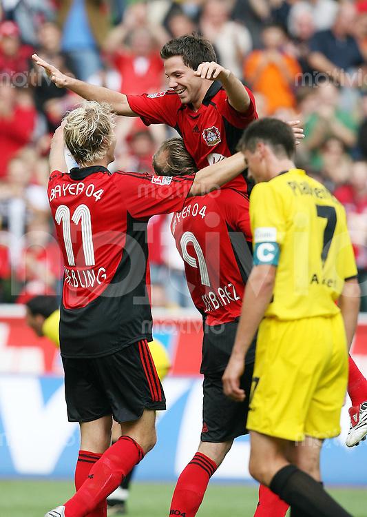 Fussball  1. Bundesliga    Saison 2006/2007   1. Spieltag Bayer 04 Leverkusen - Alemannia Aachen       Stefan KIESSLING, Sergej BARBAREZ und Gonzalo CASTRO (v.l., alle Leverkusen) jubeln nach dem 2:0. Der Aachener Reiner PLASSHENRICH (re) ist enttaeuscht