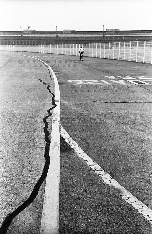 Berlino, Tempelhof. Strisce per segnaletica sulla pista dell'ex aeroporto riqualificato a parco pubblico --- Berlin, Tempelhof. Lines marking on the runway of former airport requalified to public park