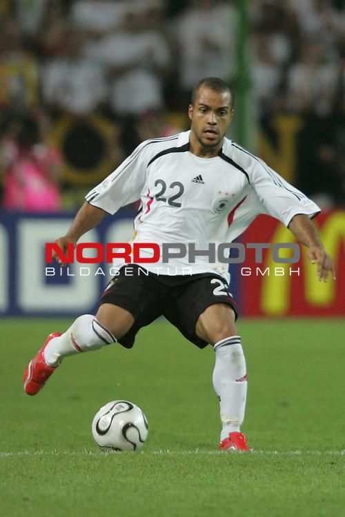FIFA WM 2006 -  Semi Finals / Halbfinale<br /> Play    #61 (04-Juli) - Deutschland - Italien 0:2 n.V.<br /> <br /> David Odonkor von Deutschland in Einzel Aktion.<br /> David Odonkor treibt den Ball nach vorne.<br /> <br /> Foto &copy; nordphoto
