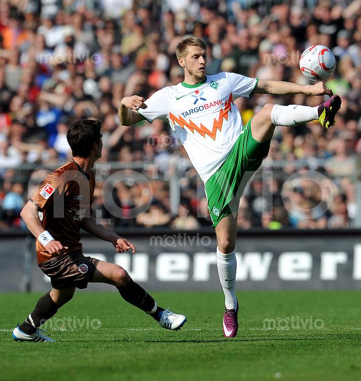 FUSSBALL   1. BUNDESLIGA   SAISON 2010/2010   31. Spieltag FC St. Pauli - SV Werder Bremen                            23.04.2011 Aaron HUNT (re, Bremen) gegen Fin BARTELS (li, St. Pauli)