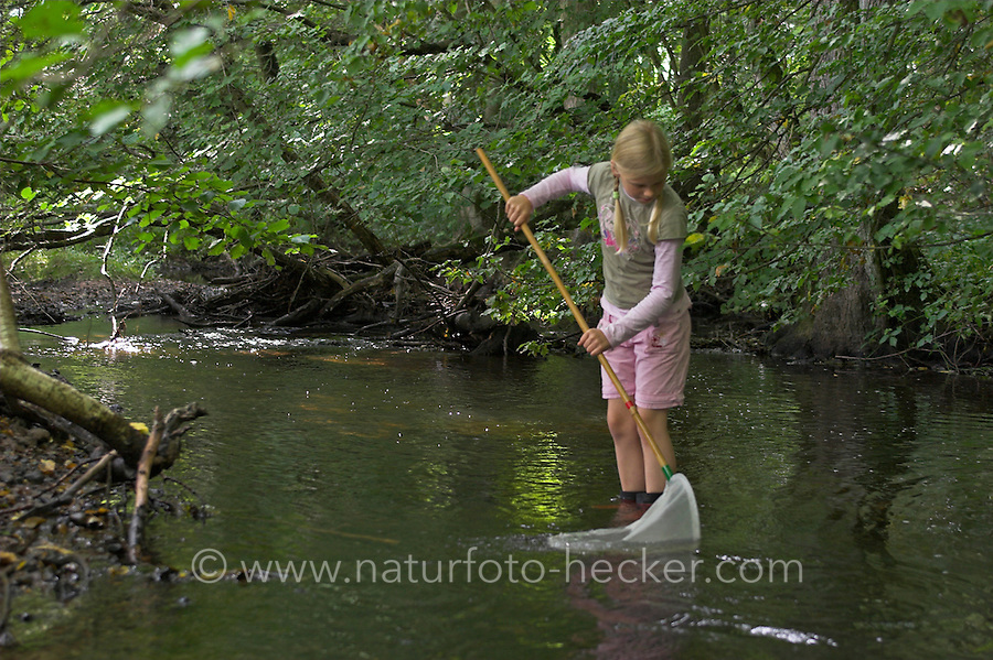 Kind, Mädchen keschert in einem Bach