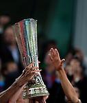 12.05.2010, Hamburg Arena, Hamburg, GER, UEFA Europa League Finale, Atletico Madrid vs Fulham FC im Bild Atletico feiert mit dem Europaleague Pokal bei der Zeremonie, Hände strecken ihn in den Hamburger Himmel, EXPA Pictures © 2010, PhotoCredit: EXPA/ J. Feichter