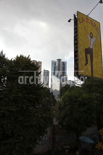 In 1990 Venezuelan banker David Brillembourg began to build a forty storey, glass-clad skyscraper in Caracas, crowned by an heliport, aimed to  transform a part of downtown Caracas into a Wall Street-style financial district. Brillembourg , also known as  &quot;King David&quot;, spent in &quot;David's Tower&quot; project  a part of the fortune he got in the stock markets in the 8o&acute;s.<br /> David  died in 1993. One year later, his financial emporium  Confinanzas, managed by one of his sons, went bankrupt, in a black year for Venezuelan banks. <br /> Immediately the work progress at David&acute;s Tower interrupted, and never resumed.  The project sunk in a legal swamp, managed by a state institution that tried a couple of unsuccessfully auctions.<br /> In 2007 people with housing problems invaded the towers and created a cooperative to keep some order and services inside, called Caciques de Venezuela. Now about 2.500 squatters live in David&acute;s Tower, probably the largest invaded building of Latin America. Massive, impressive, seen from everywhere, David&acute;s Tower is a symbol of projects never ended, promises never completed, decay.