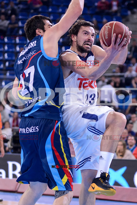 Real Madrid's Sergio Llull and Morabanc Andorra's Giorgi Shermadini during Quarter Finals match of 2017 King's Cup at Fernando Buesa Arena in Vitoria, Spain. February 16, 2017. (ALTERPHOTOS/BorjaB.Hojas) /Nortephoto.com