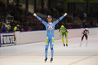 SCHAATSEN: HEERENVEEN: 16-01-2016 IJsstadion Thialf, Alexis Contin juicht, maar Gary Hekman werd uitgeroepen tot winnaar van de vijftiende KPN Marathon Cup na diskwalificatie Alexis Contin, de Fransman was in de laatste ronden geholpen door Bob de Vries, de jury diskwalificeerde beide rijders van A-ware, ©foto Martin de Jong