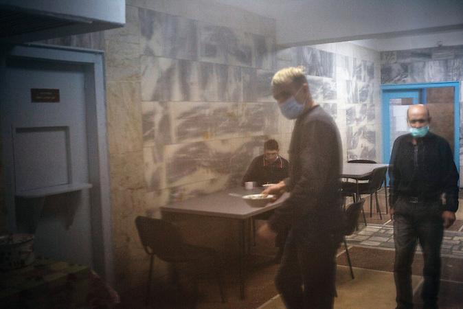 W&auml;hrend des Mittagessens in der Kantine, f&uuml;r diejenigen, die<br />das Bett und ihr Zimmer bzw. ihre Station verlassen d&uuml;rfen, ist Zeit<br />f&uuml;r ein bisschen Geselligkeit. Viele Patienten, die mehrere Monate<br />im Krankenhaus verbringen m&uuml;ssen, ist das oft die einzige<br />Gelegenheit, Kontakt zu anderen Menschen zu bekommen.! !<br /> // Moldova is still the poorest country of Europe. Hopes to join the European Union are high. After progress in the past years tuberculosis is on the rise again. The number of new patients raise since 2010 and is on a level that has not been reached since the late 90s.