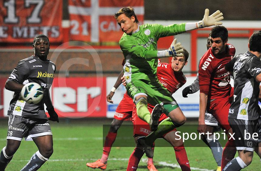 KV Kortrijk - SV Zulte Waregem  : Stefan Mitrovic kopt de bal voorbij de grabbelende Sammy Bossut.foto VDB / BART VANDENBROUCKE