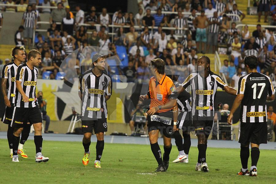 RIO DE JANEIRO, RJ, 23 DE FEVEREIRO 2012 - CAMPEONATO CARIOCA - SEMIFINAL - TAÇA GUANABARA - BOTAFOGO X FLUMINENSE - Jogadores do Botafogo reclamam da arbitragem, durante partida contra o Fluminense, pela semifinal da Taça Guanabara, no estádio Engenhão, na cidade do Rio de Janeiro, nesta quinta-feira, 23. FOTO: BRUNO TURANO – BRAZIL PHOTO PRESS