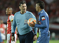 BOGOTÁ - COLOMBIA -29-09-2015: Dario Ubriaco (URU), arbitro, reconviene a John Narvaez durante el encuentro de vuelta entre Independiente Santa Fe (COL) y Emelec (ECU) por octavos de final, llave C, de la Copa Sudamericana 2015 jugado en el estadio Nemesio Camacho El Campín de la ciudad de Bogota./ Dario Ubriaco (URU), referee, amonished to John Narvaez during secong leg match between Independiente Santa Fe (COL) and Emelec (ECU) for the knockout stages, key C, of the Copa Sudamericana 2015 played at Nemesio Camacho El Campin stadium in Bogota city.  Photo: VizzorImage/ Gabriel Aponte /Staff