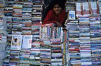 INDIA, Book shop in New Delhi / INDIEN Buchladen am Connaught Place in Neu Delhi