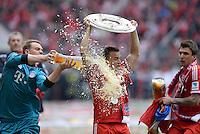 Fussball 1. Bundesliga   Saison  2012/2013   34. Spieltag   FC Bayern Muenchen  - FC Augsburg     11.05.2013 JUBEL; Deutscher Meister 2012/2013 FC Bayern Muenchen Bierdusche; Torwart Manuel Neuer (li) duscht Xherdan Shaqiri mit Schale und Mario Mandzukic (re)