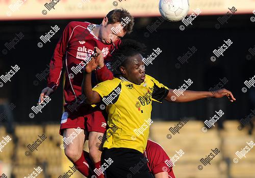 2011-11-20 / Voetbal / seizoen 2011-2012 / Berchem - Kampenhout / Jan Verlinden met Ben Mbemba (r, Berchem)..Foto: Mpics