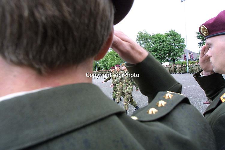 Foto: VidiPhoto..SCHAARSBERGEN - De Luchtmobiele Brigade heeft een nieuwe commadant. Brigade-generaal L. Noordzij droeg vrijdag het commando over aan zijn opvolger, brigade-generaal P. van Uhm. Noordzij is nog geen anderhalf jaar commandant geweest van de Luchtmobiele Brigade. Dat is ongebruikelijk kort. Het is de oud-commandant in die periode niet gelukt om de 'noodzakelijke' rode baret te halen. Noordzij wordt in augustus bevorderd tot generaal-majoor. Hij krijgt dan het commando over de 1e Divisie. Foto: Inspectie van de troepen.