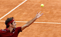 Lo svizzero Roger Federer al servizio nel corso degli Internazionali d'Italia di tennis a Roma, 11 maggio 2016.<br /> Switzerland's Roger Federer serves the ball to Germany's Alexander Zverev at the Italian Open tennis tournament, in Rome, 11 May 2016.<br /> UPDATE IMAGES PRESS/Isabella Bonotto