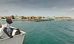 Africa, Afrika, Senegal, 17-09-2011, Dakar, Dakkar, Voor de kust van Dakar ligt het voormalige slaveneiland Isle de Goré. ( Goeree, uit het Nederlands) Tijdens de slavenhandel geregeerd door Nederlanders, en later over genomen door de Fransen.. Ook dit eiland staat op de UNESCO wereld erfgoed lijst.  Een lokale bewoner kijkt vanaf het pontje naar het fort met de kanonnen.. foto: michael Kooren/HH