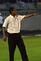 BARRANQUIILLA -COLOMBIA-01-09-2013. David Pinillos  asistente técnico del Junior da instrucciones durante el juego contra Nacional  válido por la fecha 8 de la Liga Postobón II 2013 jugado en el estadio Metropolitano de la ciudad de Barranquilla./ Junior coach assitant David Pinillos gives directios during the match against Nacional valid for the 8th date of the Postobon League II 2013 played at Metropolitano stadium in Barranquilla city.  Photo: VizzorImage/Alfonso Cervantes/STR
