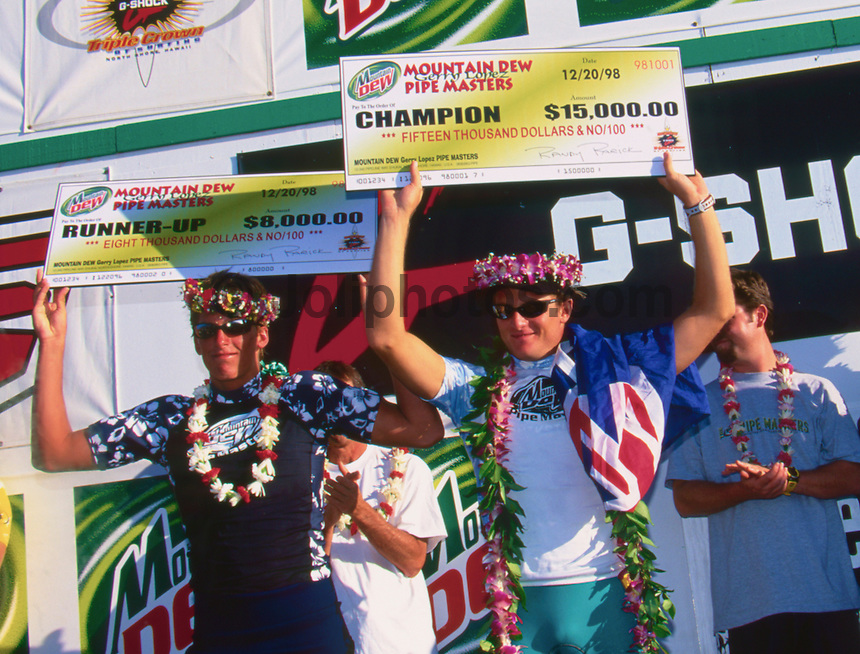 Jake Paterson (AUS) on the right, won the 1998 Mountain Dew Pipeline Masters defeating Bruce Irons (HAW) on the last wave ridden. Paterson pulled into a Backdoor barrel in the dying seconds and captured the score he needed to win. Photo: joliphotos.com