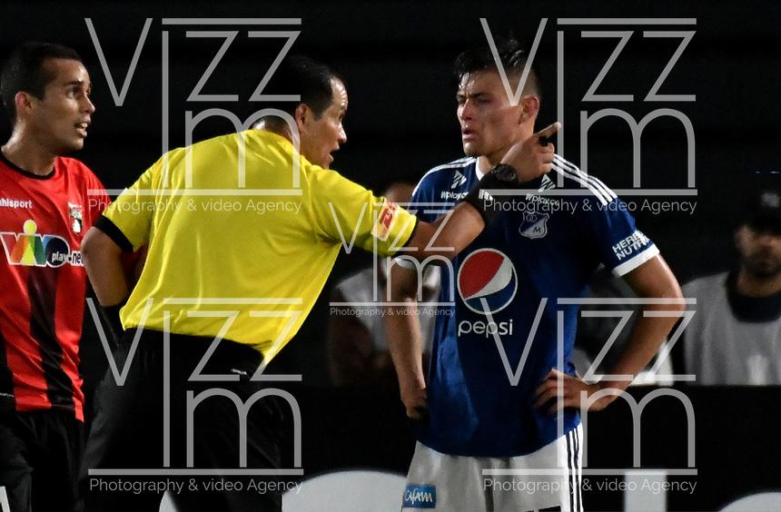 BOGOTA - COLOMBIA – 17 - 04 - 2018: Carlos Orbe, arbitro Ecuatoriano, durante partido entre Millonarios (COL) y Deportivo Lara (VEN), de la fase de grupos, grupo G, fecha 3 de la Copa Conmebol Libertadores 2018, en el estadio Nemesio Camacho El Campin, de la ciudad de Bogota. / Carlos Orbe, Ecuadorian referee, during a match between Millonarios (COL) and Deportivo Lara (VEN), of the group stage, group G, 3rd date for the Conmebol Copa Libertadores 2018 in the Nemesio Camacho El Campin stadium in Bogota city. VizzorImage / Luis Ramirez / Staff.