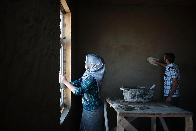 A young Meskhetian family building their house near Baku, Azerbaijan. / Eine junge meschetische Familie baut ihr Haus in der Nähe von Baku, Aserbaidschan.