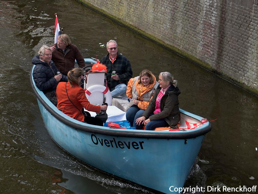 Boote auf  Oudezijdrs Vorburgwal  am K&ouml;nigstag in Amsterdam, Provinz Nordholland, Niederlande<br /> Boats t Kings day, Gracht Oudezijdrs Vorburgwal, Amsterdam, Province North Holland, Netherlands
