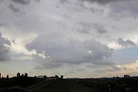 SAO PAULO, SP, 06 DE DEZEMBRO 2012 - CLIMA TEMPO SP - Ceu encoberto de nuvens carregadas  e pancadas de chuvas, com  temperaturas medindo 33 graus, na região do Bom Retiro, zona central da capital  -  FOTO: LOLA OLIVEIRA/BRAZIL PHOTO PRESS