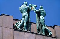 Tschechien, Prag, Dachfiguren von Franz Metzner auf dem Gebaeude der Kommerzbank, Unesco-Weltkulturerbe