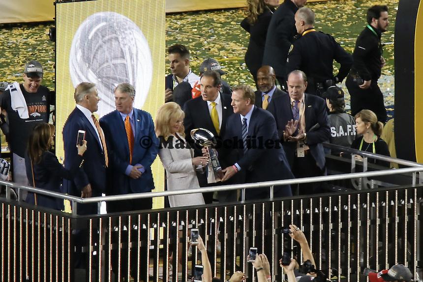 Commissioner Roger Goodell überreicht die Vince Lombardi Trophy an die Frau von Teambesitzer Pat Bowlen - Super Bowl 50: Carolina Panthers vs. Denver Broncos