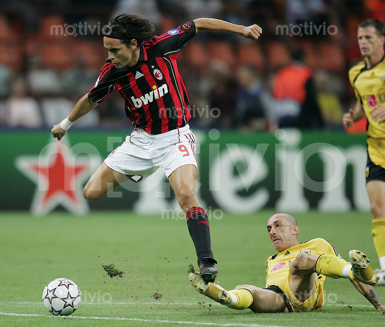 FUSSBALL Champions League 2006/2007  Gruppe H AC Mailand - AEK Athen Filippo Inzaghi (AC,li) gegen Bruno Cirillo (AEK)