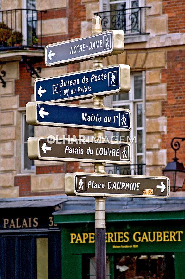Placas com nomes de ruas em frances. França.  Foto de Cris Berger.