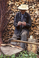 Europe/France/Auvergne/15/Cantal/env de Vic sur Cère : agriculteur roulant une cigarette de tabac gris pendant une pause aprés avoir coupé son bois de chauffage pour l'hiver [Non destiné à un usage publicitaire - Not intended for an advertising use]  [<br /> PHOTO D'ARCHIVES // ARCHIVAL IMAGES<br /> FRANCE 1980