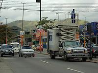 RIO DE JANEIRO, RJ, 10 DE JUNHO 2012 - AJUSTE DE SEMAFARO - Agentes de transito da CET-RIO (Companhia de Engenharia de Trafego do Rio de Janeiro sao vistos ajustando o Semafaro da Estrada Intendente Magalhães regiao oeste da capital fluminense na manha desse domingo. FOTO:ARION MARINHO/BRAZIL PHOTO PRESS.